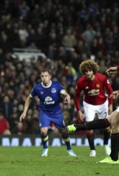 Ibrahimovic saves Man Utd, Leicester surge on
